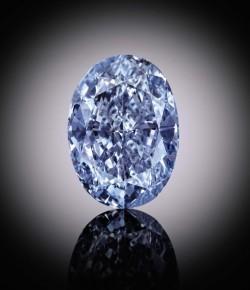 Enchères : Un diamant bleu rare pourrait battre des records