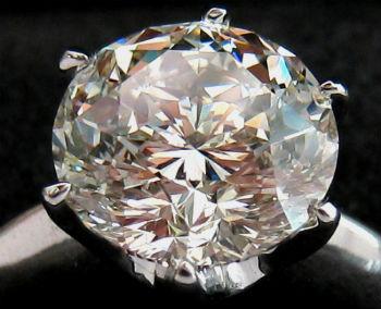 diamant moderne sur bague