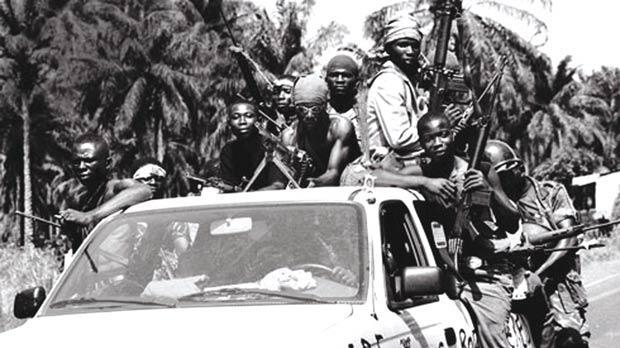 patrouille de rebelles sur une voituren sierra leone