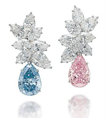 deux diamants de forme poire sertis sur des boucles d'oreilles