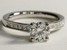 diamant solitaire monté sur une bague