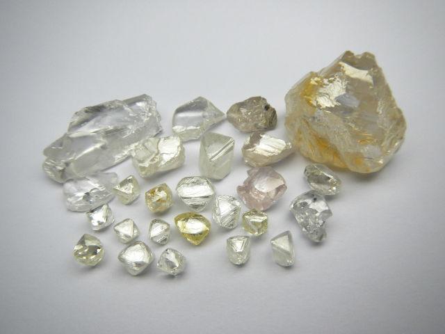 Diamants bruts irréguliers et dentelés des mines de Lulo