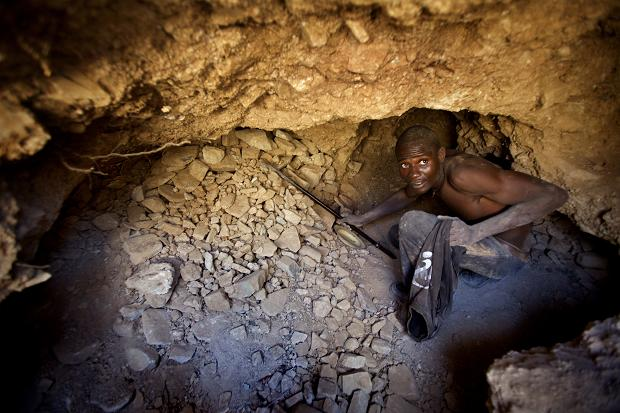 mineur dans mine de diamants au zimbabwe