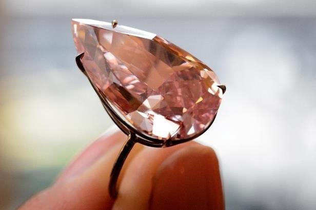 diamant rose vif monté sur une bague